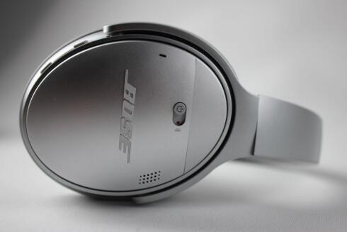 BRYTER: Bose QC35 har én bryter, som både aktiverer støydemping og Bluetooth. Vi skulle ønske den hadde to, eller i det minste et ekstra trinn for bare Bluetooth. Foto: PÅL JOAKIM OLSEN