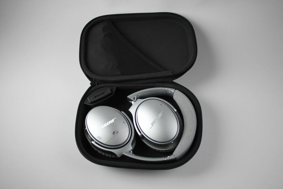 FØLGER MED: I QC35-pakken får du også en veske som hodetelefonene kan ligge i når de ikke er i bruk. Den innholder også en adapter som kan brukes i fly. Foto: PÅL JOAKIM OLSEN