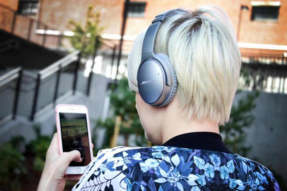 KOMFORTABLE: Ikke mange hodetelefoner er like behagelig å ha på seg som Bose QuietComfort 35. Særlig siden de også blokkerer mye av støyen fra omgivelsene. Foto: OLE PETTER BAUGERØD STOKKE