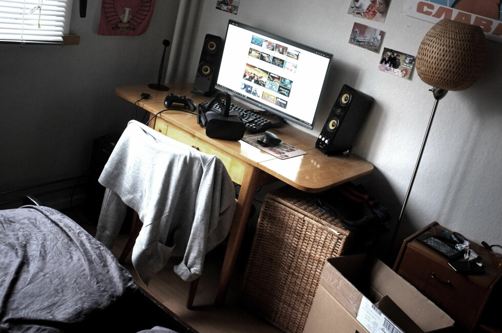 TRANGT: Et rotete, trangt soverom. Vi er ikke alene om å ha PC-en vår på et slikt. Heldigvis har det ikke vært noe problem å bruke Oculus Rift her inne.  Foto: OLE PETTER BAUGERØD STOKKE