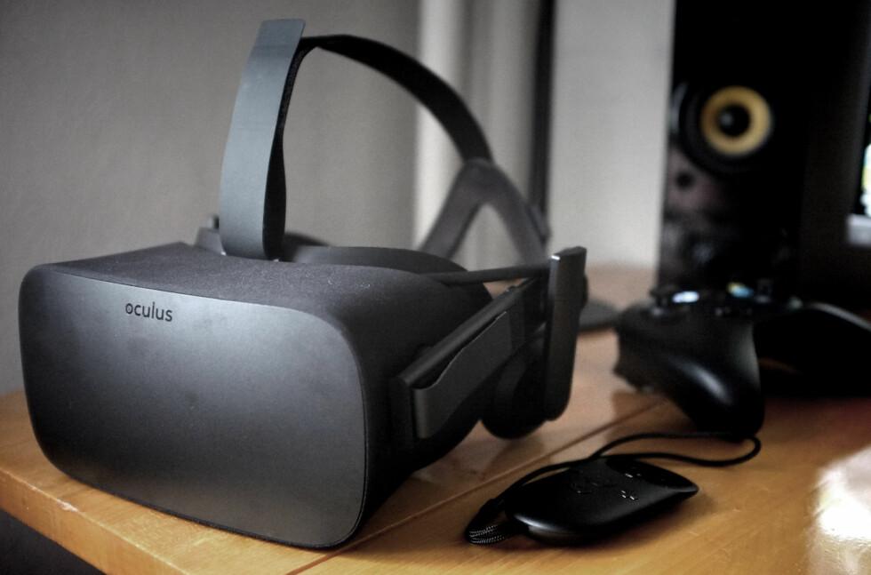 HALLELUJA: VR-brillene Oculus Rift har vi venta på lenge. Endelig sitter de på pulten vår. Eller, rettere sagt: De sitter som oftest på hodet vårt.  Foto: OLE PETTER BAUGERØD STOKKE