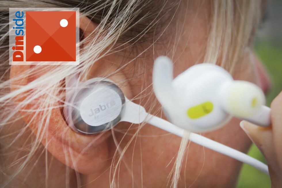 PENE Å SE PÅ, MEN ... Jabra Sport Rox er veldig pene å se på, og vi liker magnetfunksjonen   i øreproppene - som også aktiverer og deaktiverer standbymodus, men de er rett og slett vonde å ha på. Og de ramler ut hele tiden. Foto: OLE PETTER BAUGERØD STOKKEOLE PETTER BAUGERØD STOKKE
