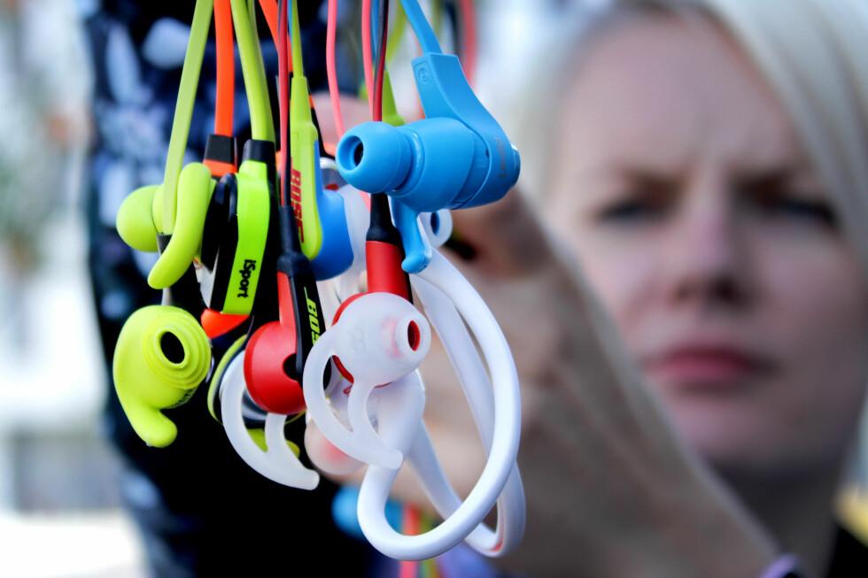 IKKE HELT TRÅDLØST: De fleste trådløse øreproppene du får kjøpt i dag har fremdeles ledning, hvor det typisk sitter en betjeningsenhet. Ledningen sørger også for at proppene holder seg samlet. Foto: OLE PETTER BAUGERØD STOKKE