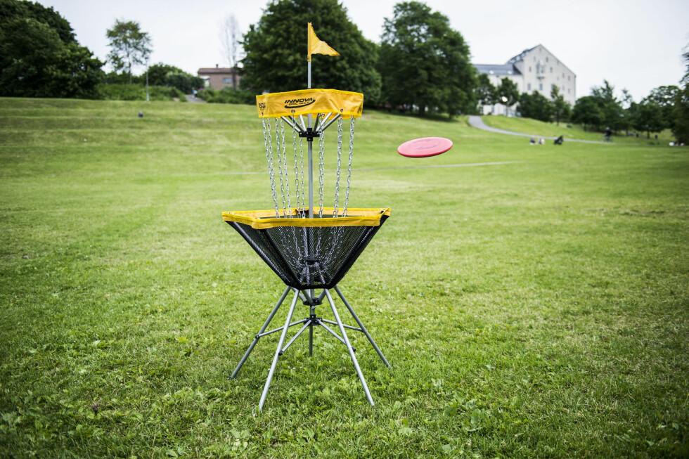 <strong><B>BÆRBAR FRISBEEGOLF-KURV:</strong> </b>Med Innova Discatcher Traveler kan du spille frisbeegolf i parken, hagen, hytta eller hvor du nå enn måtte ønske. Om du ikke har en frisbeegolf-bane i nærheten.  Foto: ENDRE VELLENE
