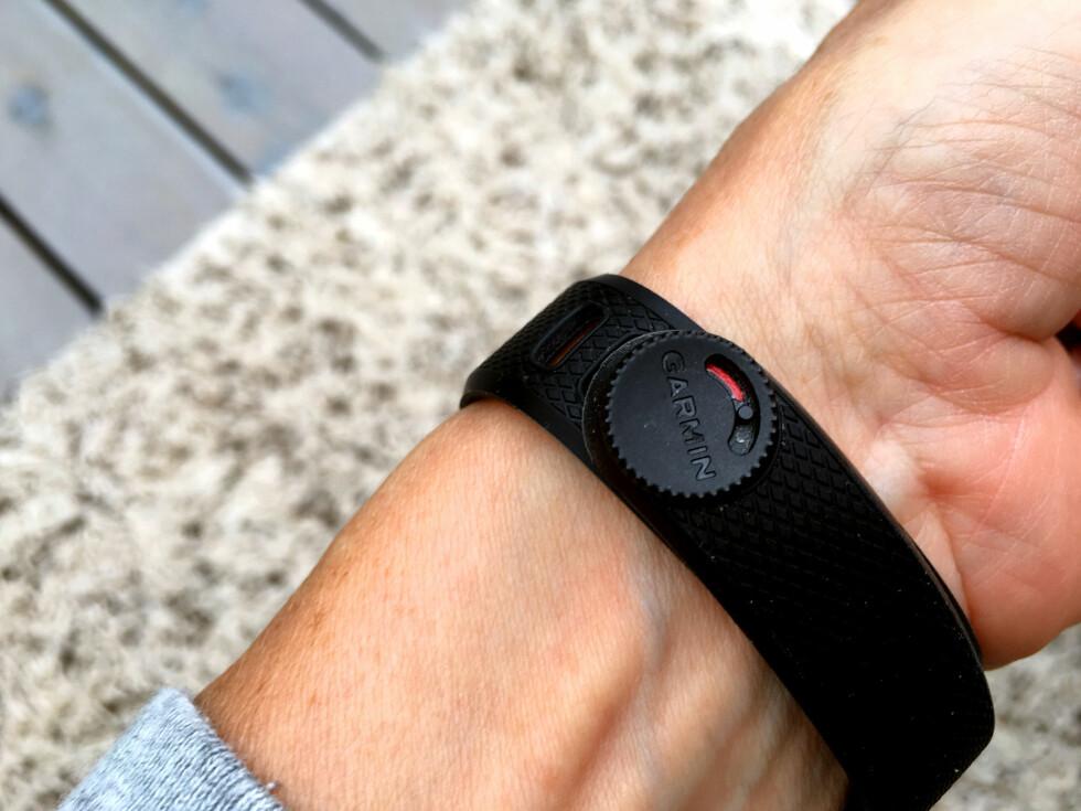 VRIEN: Det er vanskelig å ta armbåndet på og av, fordi låsemekanismen er vrien. Foto: KRISTIN SØRDAL