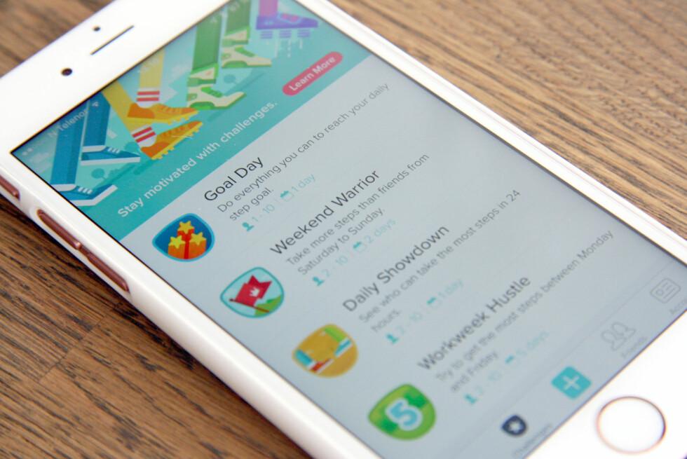 UTFORDRE VENNER? De sosiale funksjonene i Fitbit-appen er et stort pluss. Her kan du utfordre venner som også har Fitbit til vennskapelige kamper om hvem som er mest aktiv på en dag, en helg eller en uke. Det kan få deg opp av sofaen da du egentlig ikke tenkte deg ut! Foto: KRISTIN SØRDAL