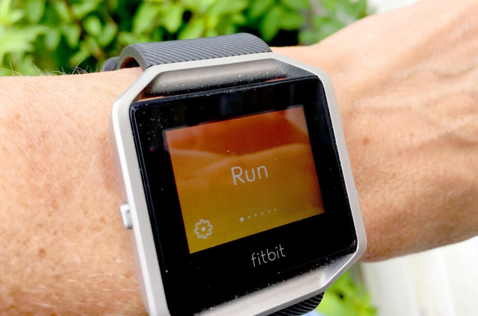 LOGG EN ØKT: Du kan velge hvilke treningsøkter som er mest aktuelle for deg, og så kan du starte og stoppe øktene fra klokka. Men den logger ikke distansen nøyaktig om du ikke har telefonen med - for klokka har ikke GPS. Foto: KRISTIN SØRDAL