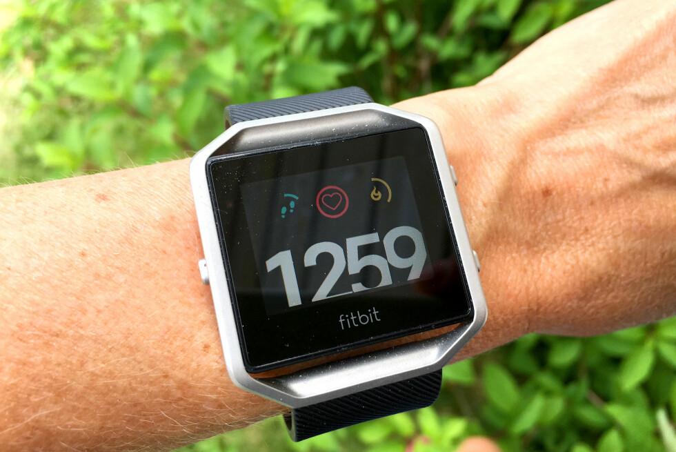 RASK OVERSIKT: Fitbit Blaze er enkel i bruk, og gir deg rask oversikt over hvordan du ligger an med tanke på dagens mål om skritt og forbrenning. Og så kan den måle puls. Foto: KRISTIN SØRDAL