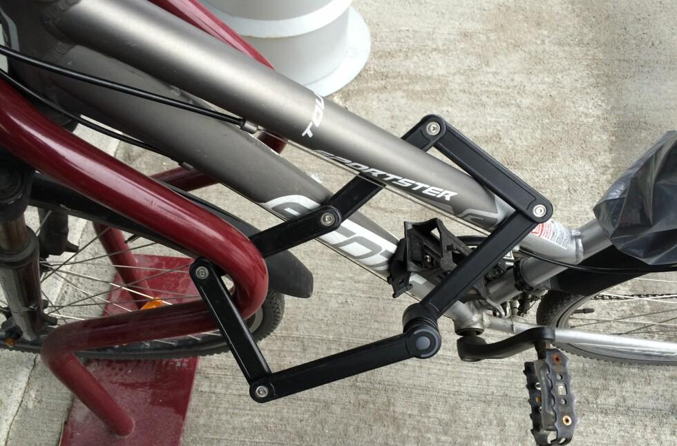 TRYGT OG PRAKTISK: Foldelåser av denne typen er stort sett bra, men kan ikke stå i mot verktøyet de proffe sykkeltyvene bruker. Foto: TORE NESET