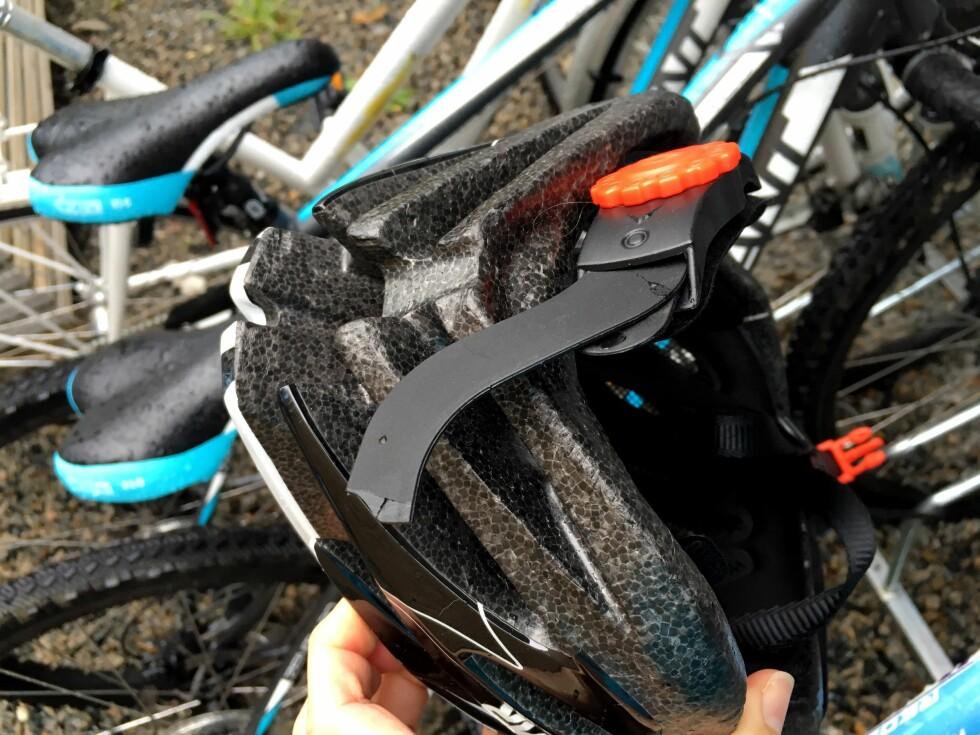 SE OVER HJELMEN: Se over hjelmen jevnlig, og bytt den om du finner sprekker eller mønster i plasten - eller brudd på deler, som her. Foto: KRISTIN SØRDAL