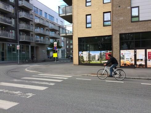 <strong><b>SYKKELFELT:</strong></b> Bilistene har vikeplikt for denne syklisten, siden han sykler på sykkelfelt i veibanen. Men skillet mellom sykkelfelt og sykkelvei er ikke alltid åpenbart. Foto: TORE NESET