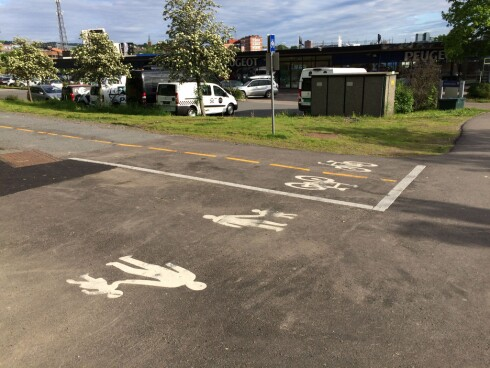 <strong><b>STOPP:</strong></B> Det er syklistene som må stoppe når en bilvei krysser sykkelveien. Foto: TORE NESET