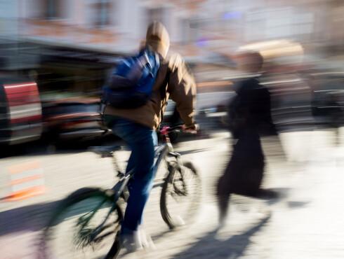 <strong><b>FARLIG MØTE:</strong></b> Syklister og fotgjengere lever ikke alltid godt sammen på fortauet. Foto: VOLODYMYR BALEHA / SHUTTERSTOCK/NTB SCANPIX