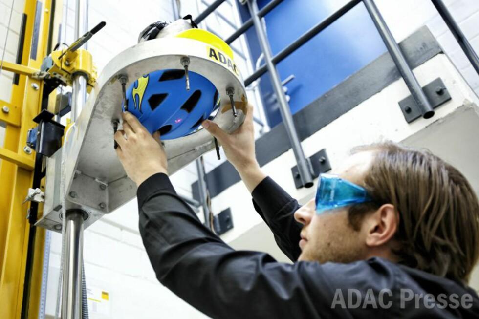 STØTTESTER: Forberedelser til støt-testene hos ADAC: De sørger for at alle hjelmene får likt utskytningspunkt ved hjelp av et lasersikte. Foto: ADAC/Ralph Wagner