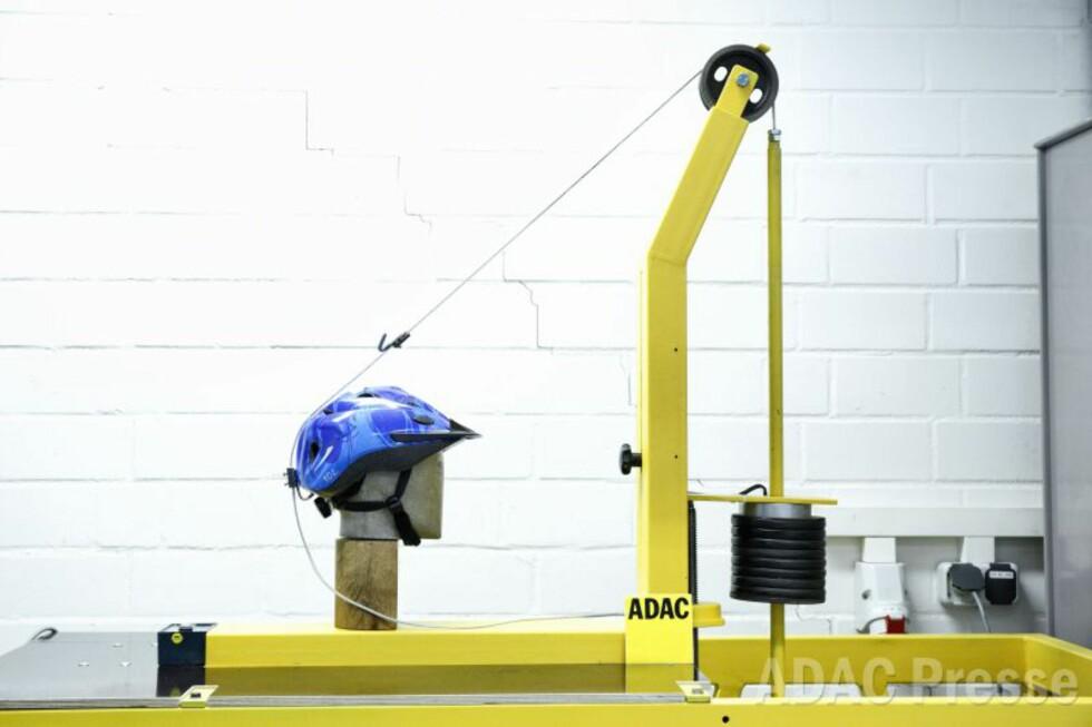 HVOR GODT SITTER HJELMEN: Slik tester ADAC hvor godt hjelmen sitter, ved at armen prøver å dra den av med 10 kilos kraft. Foto: ADAC/Ralph Wagner