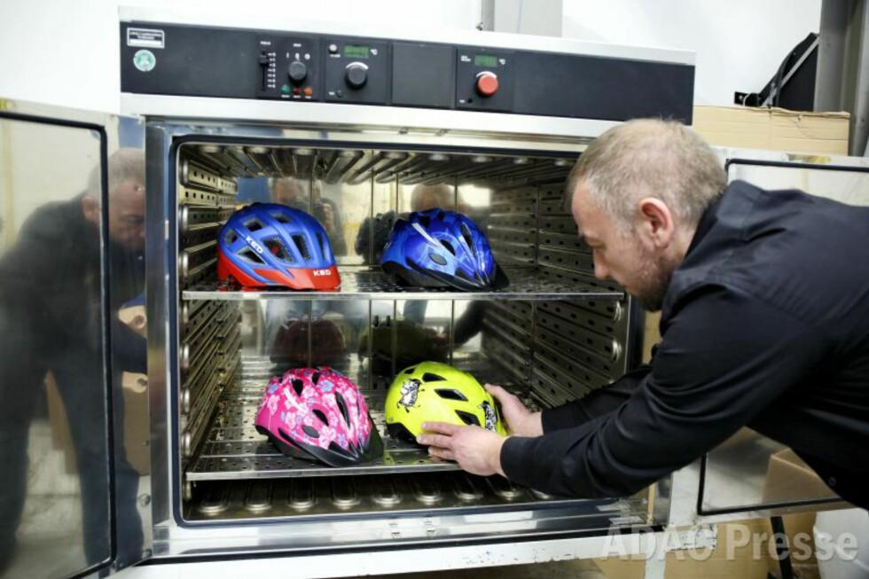 VARMETEST: Har du hjelmen liggende i bilen, kan den fort bli utsatt for høye temperaturer på en varm sommerdag. Derfor testes hjelmenes varmebestandighet. Foto: ADAC/Ralph Wagner