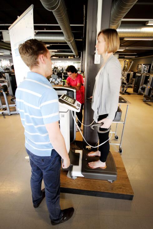 <strong><b>ANALYSE PÅ 30 SEKUNDER:</strong></b> Maskina beregner blant annet hvor stor andel muskler og fett du har. Foto: OLE PETTER BAUGERØD STOKKE