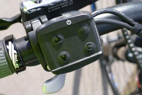 KONTROLL: Både motorkraft og for/baklys styres fra et panel på styret. Foto: TORE NESET