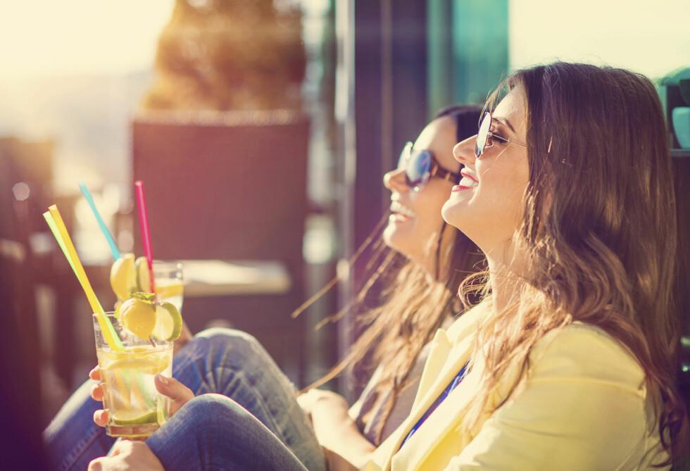 ENDELIG SOL? Husk solkremen, selv om du bare nyter sola på café. Og ja, du kan fint bruke kremen fra i fjor, om den ser ut som og lukter som den bør ... Foto: HALFPOINT/SHUTTERSTOCK/NTB SCANPIX