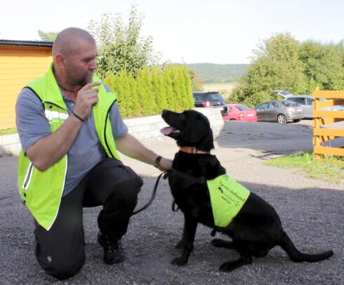 HUNDESØK: Tor Oljar driver med firmaet DogPoint søk etter veggedyr med spesialtrente hunder. De kan søke seg frem til veggedyr på et mye tidligere tidspunkt enn ved et vanlig visuelt søk, og du kan dermed komme i gang med behandling på et mye tidligere tidspunkt - og før veggedyrproblemet blir mye større. Foto: KRISTIN SØRDAL