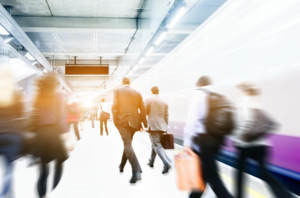 UNNA VEI: Bare det å gå på toget kan være en stressende affære. Alle vil på først for å sikre seg sitteplass. Foto: Shutterstock / Rawpixel.com