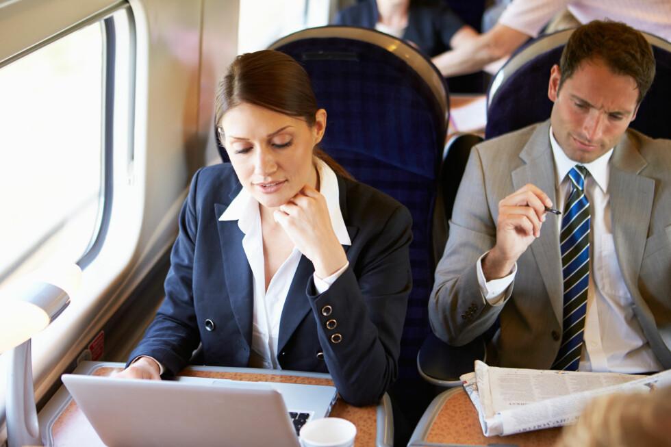 MITT ARMLENE: Ja, for hvem eier egentlig det midterste armlenet? Den som trenger mest plass eller den som er mest breial? Foto: Shutterstock / Monkey Business Images