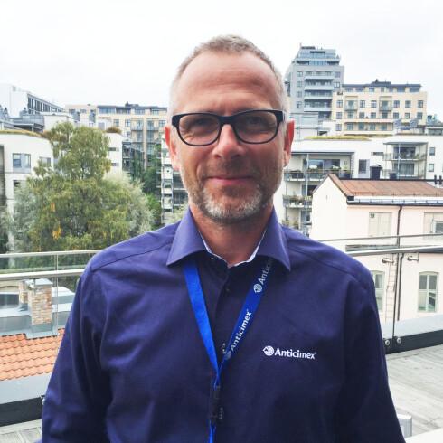 VELG RIKTIG KOFFERT: Erik Thomas Gjølme, produktsjef for skadedyr i Anticimex, anbefaler å pakke i en koffert av plast eller metall. Foto: ANTICIMEX