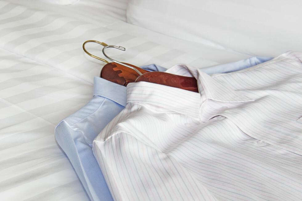 IKKE LEGG KLÆRNE PÅ SENGEN: Ikke legg klær og koffert på sengen, anbefaler ekspertene. Foto: LUCY LIU/SHUTTERSTOCK/NTB SCANPIX