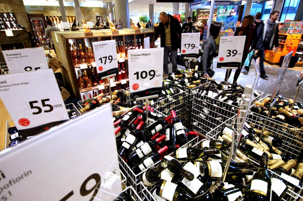 DET ER BILLIGERE Å HANDLE OMBORD: Vi har sjekket prisene på alkoholholdige drikkevarer og parfyme - og kroppspleieprodukter, og i alle unntatt ett tilfelle er det billigere å handle om bord på flyet i stedet for i taxfreebutikken på flyplassen. Foto: OLE PETTER BAUGERØD STOKKE