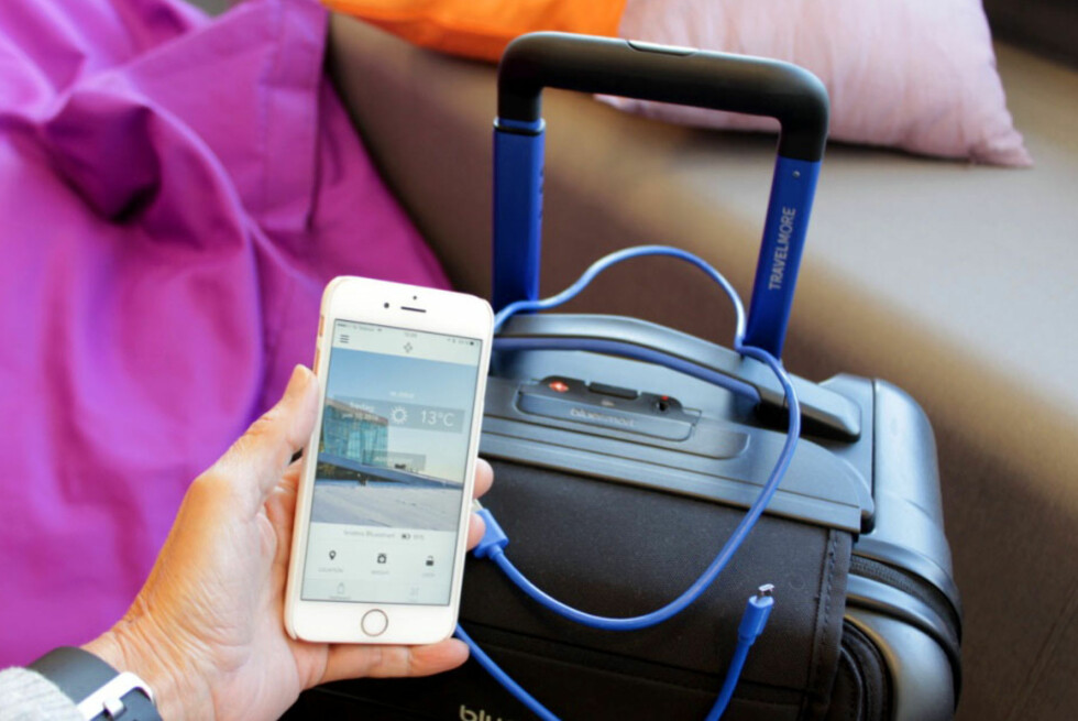 SMARTKOFFERT: Dette er en smartkoffert som lar deg lade inntil to enheter samtidig, den har innebygget vekt og du kan spore hvor den er. Men er den nå egentlig så smart? Foto: KRISTIN SØRDAL