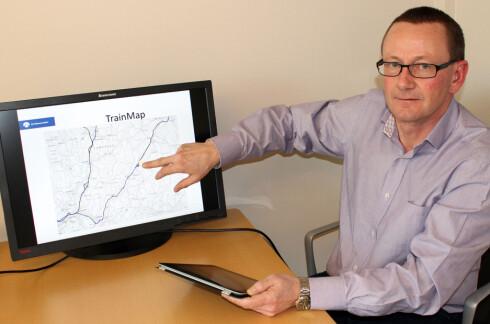 SLIK VIRKER DET: Victor Hansen i Jernbaneverket demonstrerte for Dinside hvordan togkartet fungerer, på et tidlig stadium for to år siden. Dataene kommer fra ruteplanen,  automatisk trafikkinformasjon fra togstyringssystemene og manuelle oppdateringer fra Jernbaneverkets togekspeditører og toginformatører. I framtiden vil også GPS-koordinater brukes der dette er tilgjengelig. Foto: KRISTIN SØRDAL