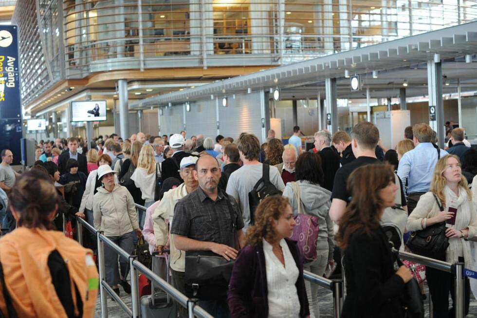 TRAVELT: Enten du reiser fra Oslo Lufthavn (avbildet) eller andre steder i landet er trendene de samme. Vi liker å reise om morgener og ettermiddager, i helgene og i fellesferien. Da er også sikkerhetskontroll-køene lengst. Foto: ALL OVER PRESS