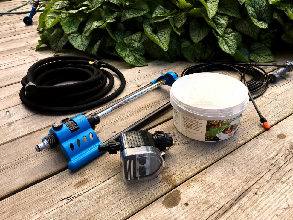 SMART UTSTYR:  Her er noe av utstyret som kan lette vanningsjobben for deg, blant annet tidsur, svetteslange og et smart vanningsanlegg for blomsterkrukker. Se det i videoen! Foto: KRISTIN SØRDAL
