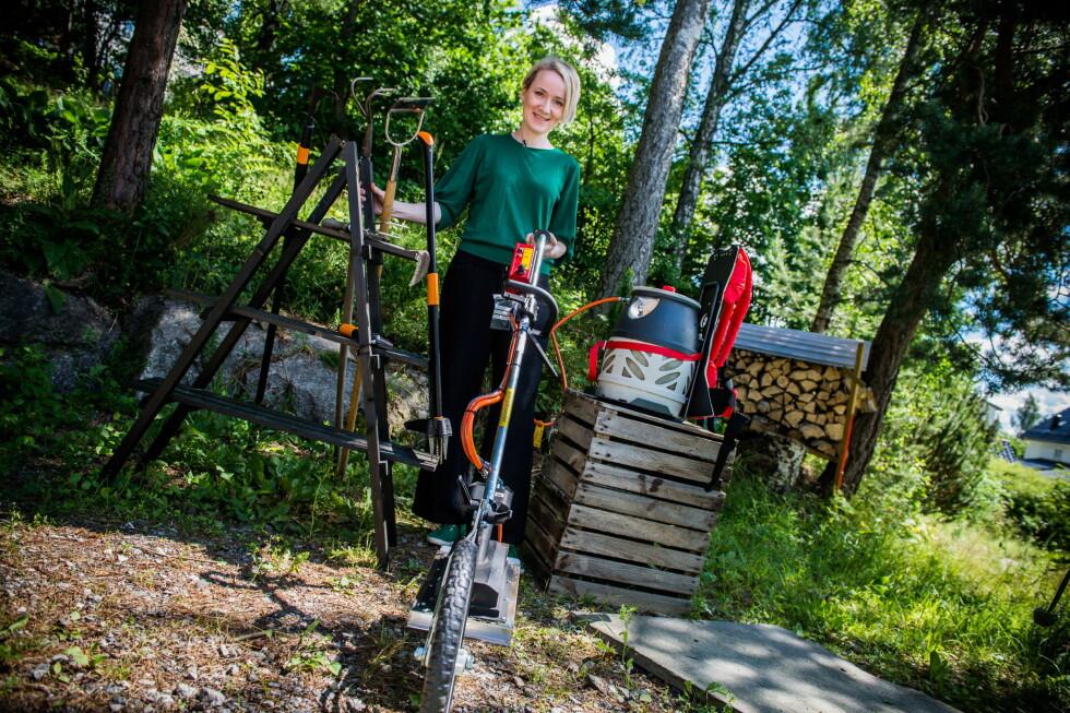 MANGE MULIGHETER: Det er mye utstyr å velge i, i kampen mot ugresset. Anne Havåg Holter-Hovind bak Moseplassen.no viser sine beste ugresstips i videoen. Foto: ENDRE VELLENE