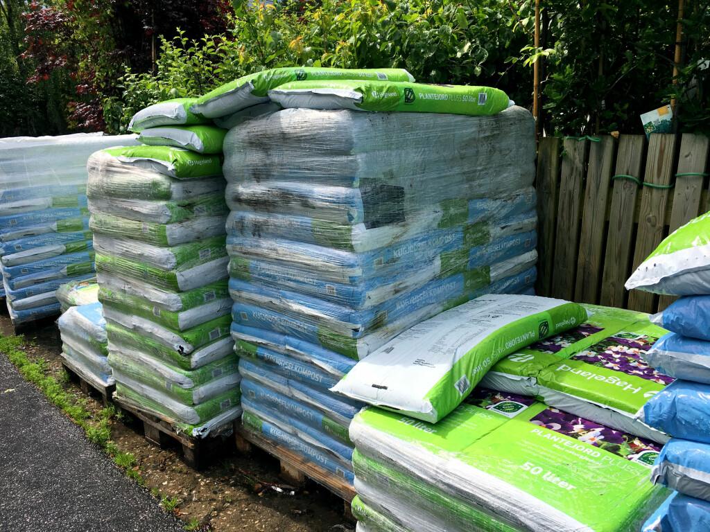 HVILKEN SKAL DU KJØPE? Det er pall på pall med forskjellig jord på hagesentrene. Hvilken bør du kjøpe? Og er det egentlig noen forskjell på de ulike typene? Foto: KRISTIN SØRDAL
