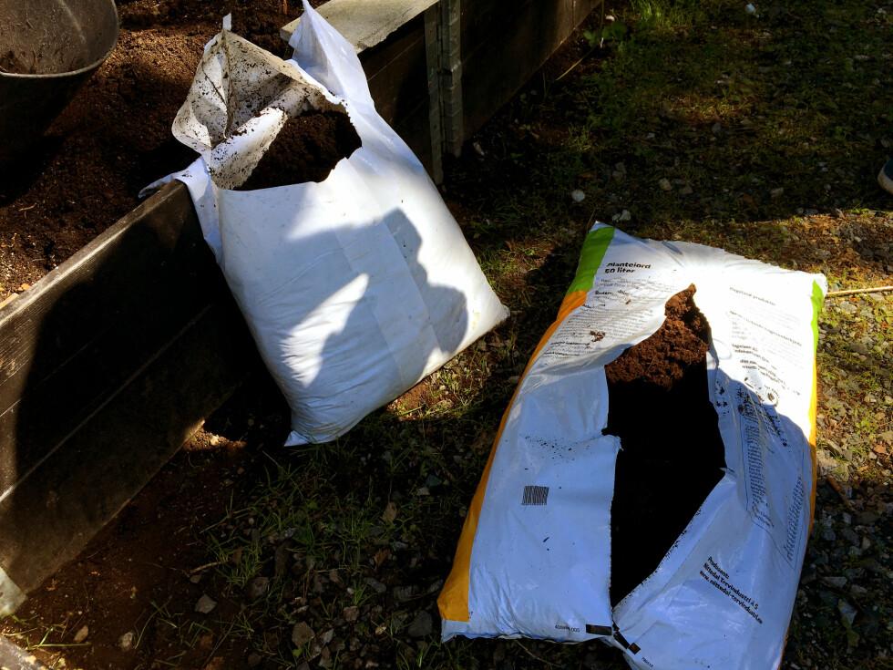 <strong><b>STYR UNNA TORV:</strong></b> Den billigste jorda på hagesentrene er ofte torvbasert. - Velg heller god jord, som kompostjord, anbefalet Holter-Hovind. Dette får du kjøpt i sekk (til venstre) eller i større kvanta. Sjekk på Kompostportalen.no Foto: KRISTIN SØRDAL