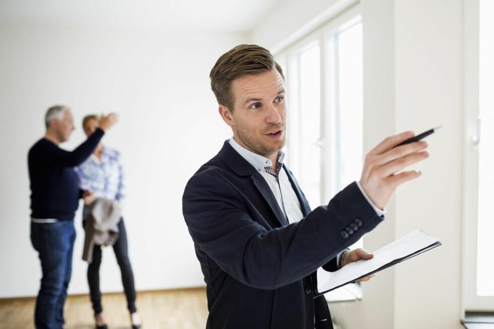 INFORMASJON: Pass på å få viktig informasjon om boligen skriftlig, hvis ikke har du ikke dokumentasjon å vise til ved en eventuell reklamasjon. Foto: MASKOT/NTB SCANPIX