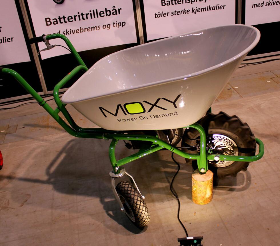 SELVGÅENDE: Vanskeligheter med å trille? Denne trillebåren er batteridrevet og selvgående - og har en toppfart på 4 kilometer i timen. Men det koster ... Foto: KRISTIN SØRDAL