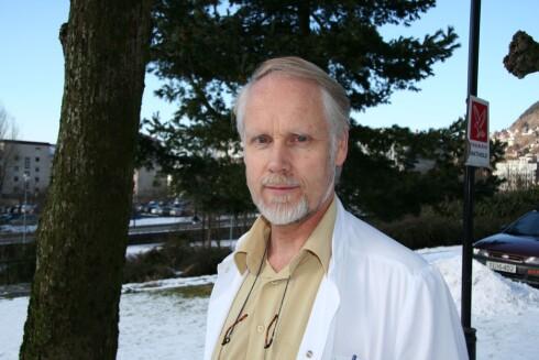BRUKER GOOGLE: Ingvard Wilhelmsen, overlege og professor emeritus, googler selv symptomer når han er usikker, men anbefaler om å være kildekritisk.  Foto: Kristin Torsteinsen
