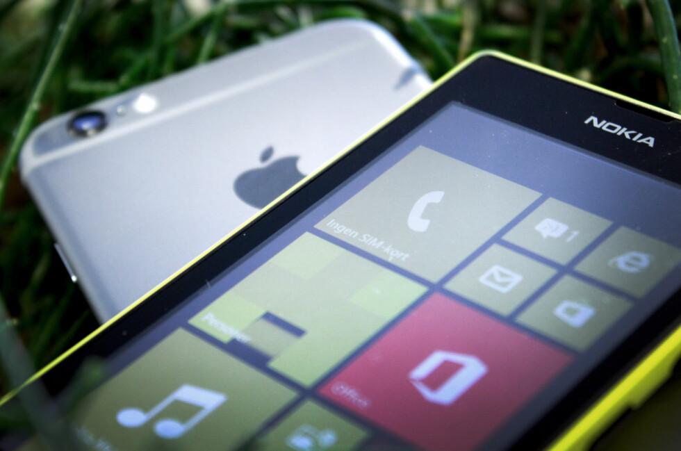 LUMIA MOT IPHONE: Da Harald Nipen skulle reparere iPhone-en sin (ikke den på bildet), fikk han låne Windows-telefonen Nokia Lumia 520. I de omlag tre ukene han brukte telefonen fikk han dermed ikke brukt en rekke Apple-produkter og -tjenester slik han pleide, men ifølge FTU er dette lovlig. Foto: OLE PETTER BAUGERØD STOKKE