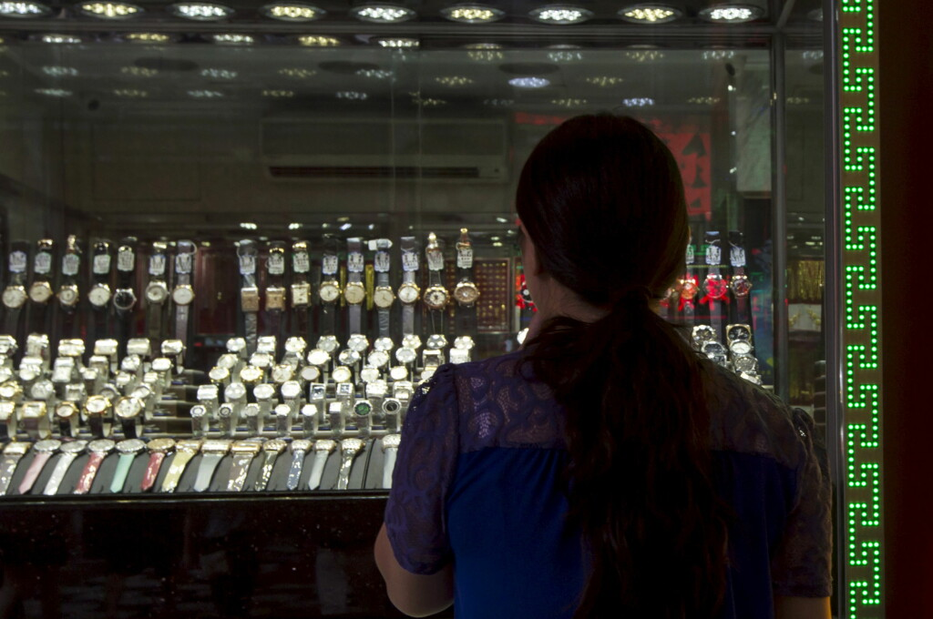 <B>FALSKE TILBUD:</B> I mange land tilbys piratkopierte klokker åpenlyst. Her fra en butikk i Macao i Kina. Bildet er tatt bare dager etter at politiet aksjonerte mot slike butikker i området. Foto: TYRONE SIU/REUTERS/NTB SCANPIX