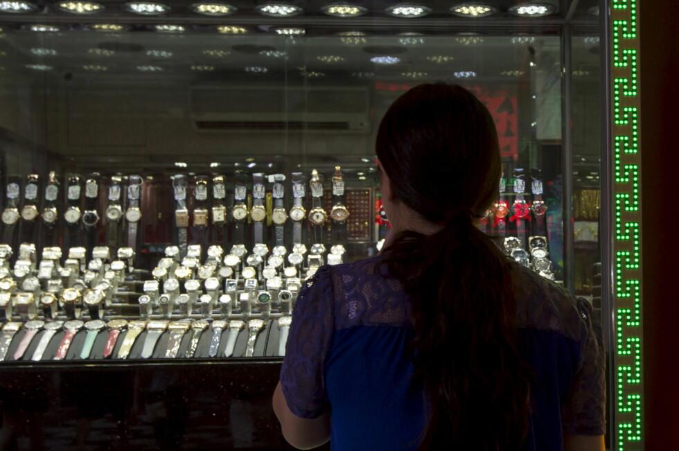 FALSKE TILBUD: I mange land tilbys piratkopierte klokker åpenlyst. Her fra en butikk i Macao i Kina. Bildet er tatt bare dager etter at politiet aksjonerte mot slike butikker i området. Foto: TYRONE SIU/REUTERS/NTB SCANPIX