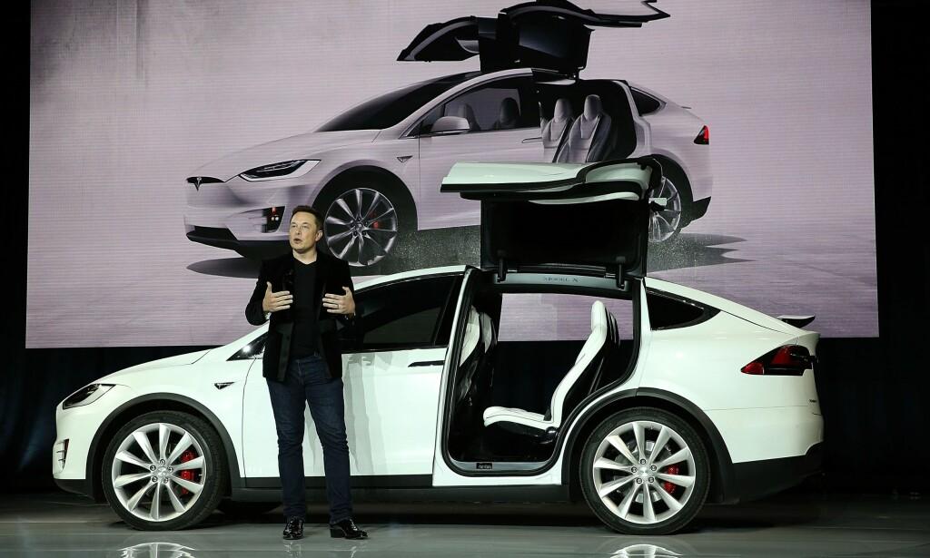 STOLT FAR: Tesla-sjef Elon Musk var spesielt stolt over de spesielle bakdørene på Model X. Nå er de et sentralt element i et erstatningskrav etter en ulykke i Kina. Foto: NTB/Scanpix