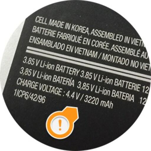 HER: Har du en telefon der du kan ta av baklokket, står det som regel trykket på batteriet hvor stor kapasitet det har.