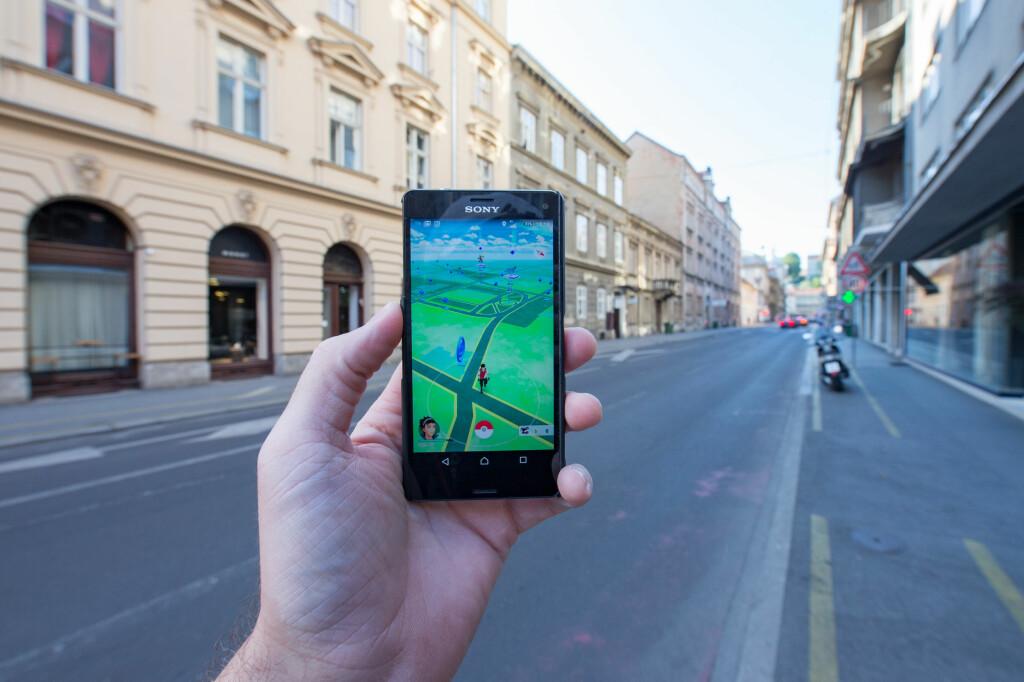 <strong>SLUKER STRØM:</strong> Mange har erfart at Pokémon Go tapper telefonen for batteri raskt som bare det. En nødlader i lomma kan være alt du trenger for å legge ut på en lang Pokémon-jakt. Foto: Pa Photos / NTB Scanpix