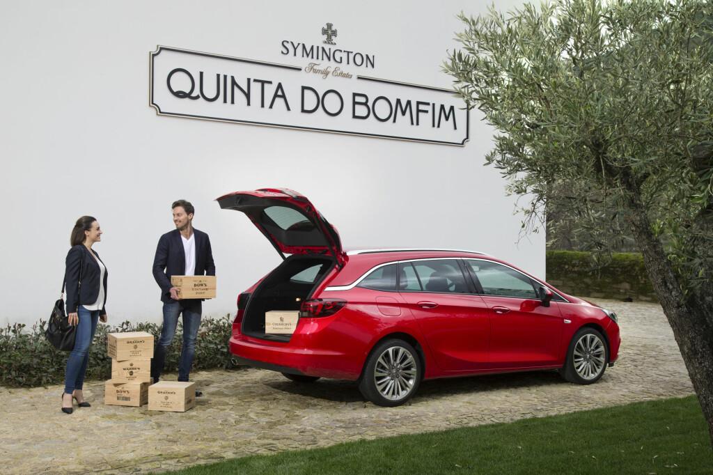 LURINGEN: Opel Astra stasjonsvogn er Årets Bil i Europa. Den er god å kjøre og et bra kjøp, mener vi.  Foto: OPEL: