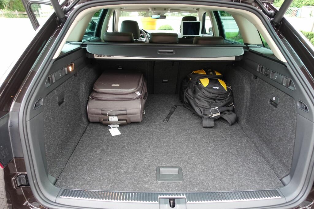 <b>STØRST:</b> Med bagasjeromsvolum som rommer fra 660- til 1.950 liter er det ingen stasjonsvogner som sluker mer enn Skoda Superb.  Foto: KNUT MOBERG