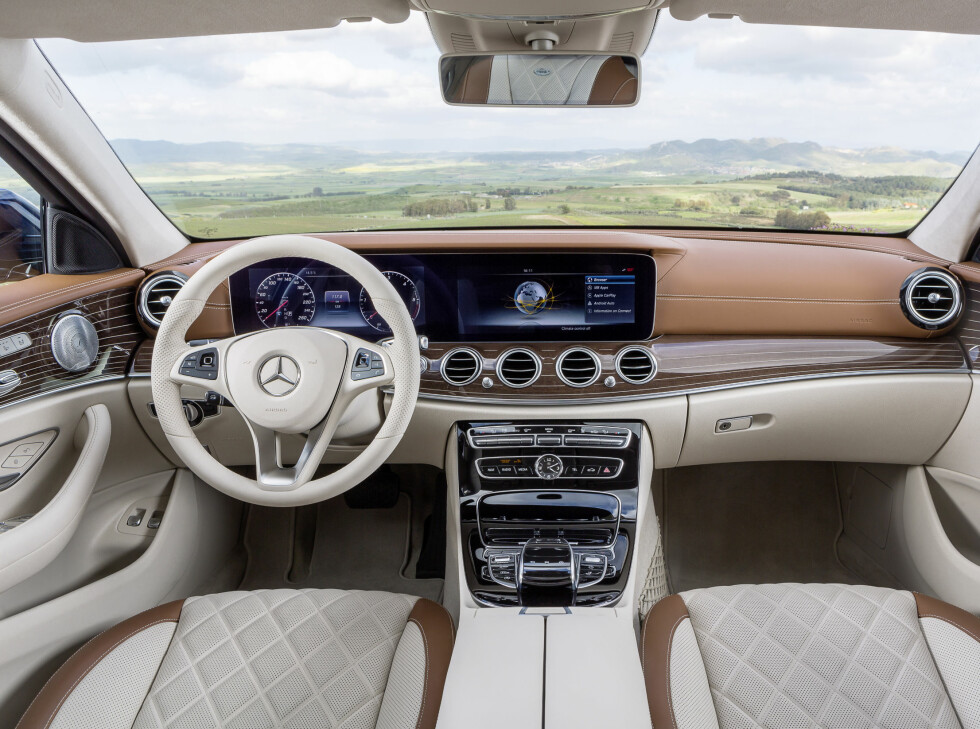 MODERNE: Interiøret i nye E-klasse har satt en ny standard for store premiumbiler. Merk de to store skjermene som viser alt fra speedometer til navigasjon. Foto: MERCEDES-BENZ