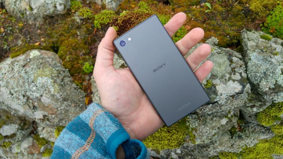 LITEN: Compact-utgaven av Sonys Z5-serie er 4,6 tommer over diagonalen, men byr på god ytelse og er vanntett. Foto: PÅL JOAKIM OLSEN