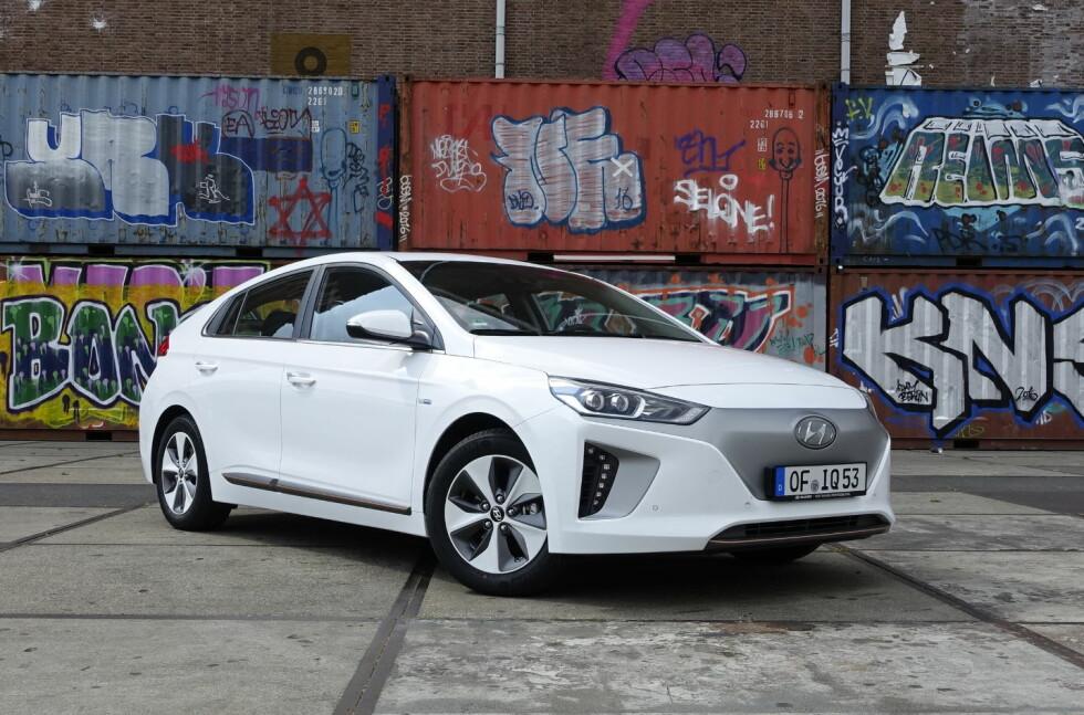 HELT PÅ HØYDEN: Nye Hyundai Ioniq ga oss et meget godt førsteinntrykk. Sprek nok, god rekkevidde, helt OK kvalitetsfølelse og ditto kjøreegenskaper gjør den, med pris fra 239.000 kroner, til en sterk konkurrent til både VW e-Golf, Nissan Leaf og BMW i3. Foto: KNUT MOBERG